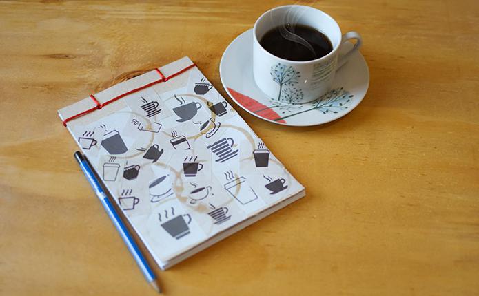 Para quem ama café e papel! Veja Como Se Faz um lindo caderno de anotações personalizado para marcar suas cafeterias favoritas.