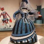 Das telas pra realidade: artista recria vestidos de pinturas com versões de papel