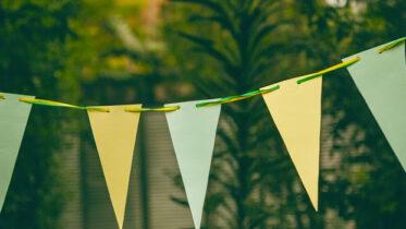 Para animar a torcida: bandeirinhas feitas em papel Chamex e nas cores do Brasil!