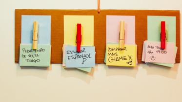 Aprenda a fazer um charmoso quadro de notas com papel Chamex e papelão ondulado!