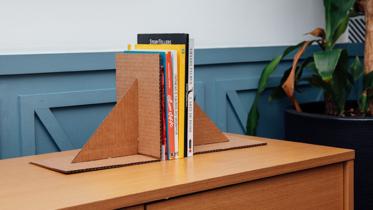 Para quem ama ler! Veja Como Se Faz um prático porta-livros de papelão ondulado ;)