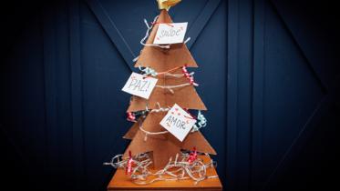 Para entrar no clima natalino! Veja Como Se Faz uma linda árvore de Natal de papelão ondulado!