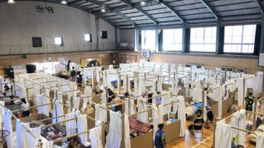 Arquiteto constrói abrigos feitos com papel para vítimas de inundações