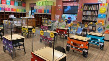 Professoras decoram carteiras com animais e jipes de papel em meio à pandemia