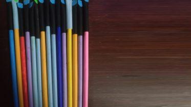 Superação! Deficiente visual vende canetas feitas de papel e ajuda amigos