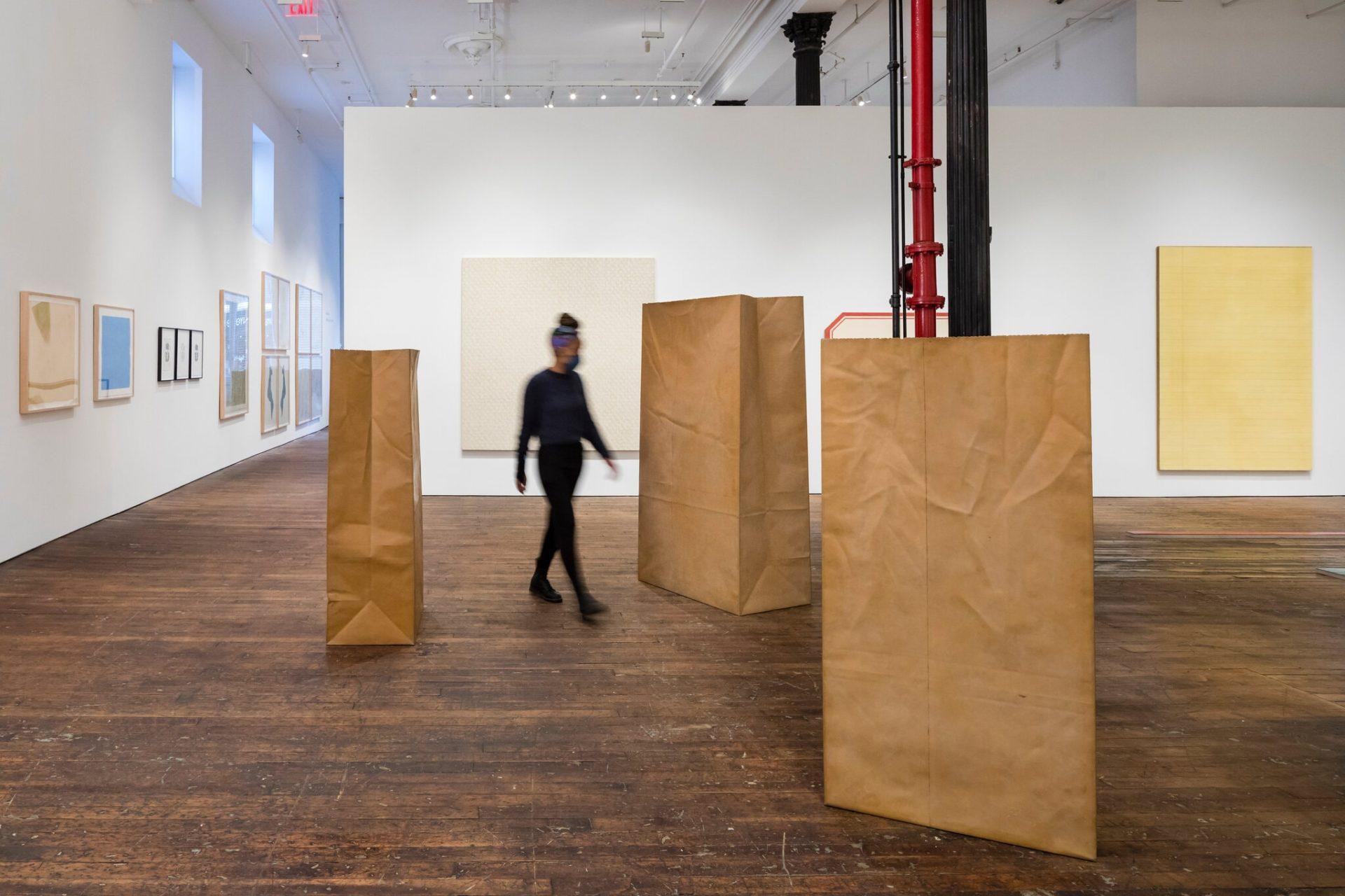 Conheça o artista realista que retrata artigos de papel em formato gigante